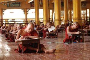 I mniši píšou testy zdroj: Wikimedia commons