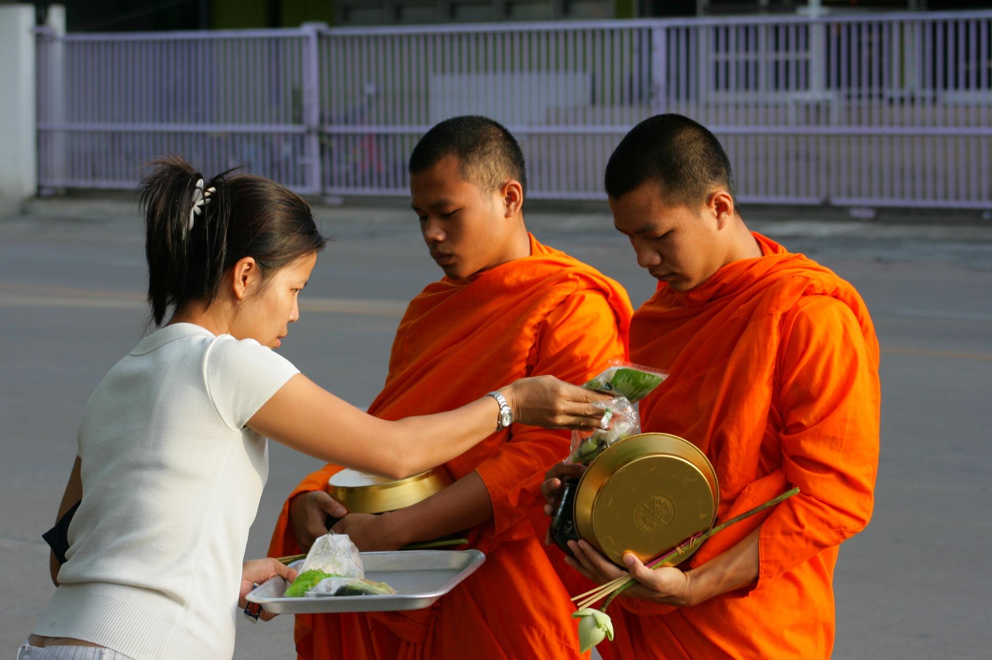 Jídlo pro mnichy zdroj: Wikimedia commons